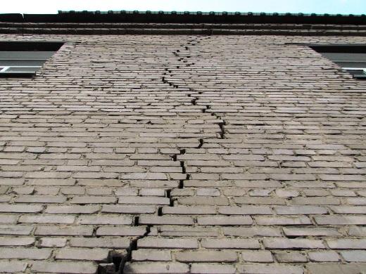Появление трещин в стенах и использование их в виде элемента декора